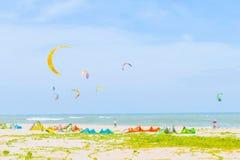 Πολλά surfers ικτίνων από πολλές χώρες παίζουν την κυματωγή ικτίνων στο ταϊλανδικό bea Στοκ εικόνα με δικαίωμα ελεύθερης χρήσης