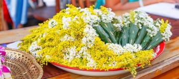 Πολλές άσπρα chamomile λουλούδια και κίτρινες ανθοδέσμες λουλουδιών ακακιών που τυλίγονται στους κώνους, που γίνονται από τα διπλ στοκ φωτογραφία με δικαίωμα ελεύθερης χρήσης