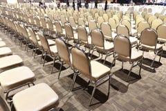 Πολλές έδρες τακτοποίησαν στη διαταγή σειρών για το διαγωνισμό απόδοσης Bal Στοκ Φωτογραφίες
