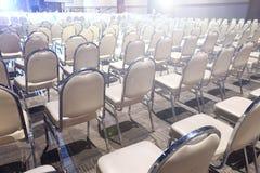 Πολλές έδρες τακτοποίησαν στη διαταγή σειρών για το διαγωνισμό απόδοσης Bal Στοκ εικόνες με δικαίωμα ελεύθερης χρήσης