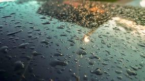 Πολλές από τις σταγόνες βροχής κόλλησαν στο υπόβαθρο ανεμοφρακτών, περίληψη των σταγόνων βροχής στον καθρέφτη που έγινε με τα φίλ Στοκ φωτογραφίες με δικαίωμα ελεύθερης χρήσης