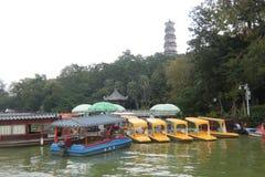 Πολλές βάρκες που σταθμεύουν στη δυτική λίμνη Huizhou στοκ εικόνα