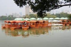 Πολλές βάρκες στη δυτική λίμνη Huizhou στοκ εικόνα με δικαίωμα ελεύθερης χρήσης