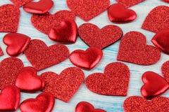 Πολλές διαφορετικές κόκκινες καρδιές σε έναν μπλε ξύλινο πίνακα βαλεντίνος ημέρας s στοκ εικόνες με δικαίωμα ελεύθερης χρήσης