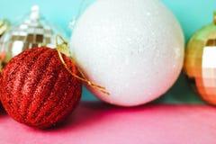 Πολλές διαφορετικές πολύχρωμες λαμπρές Χριστουγέννων διακοσμητικές όμορφες σφαίρες Χριστουγέννων Χριστουγέννων εορταστικές, υπόβα στοκ εικόνες με δικαίωμα ελεύθερης χρήσης