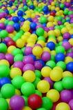 Πολλές ζωηρόχρωμες πλαστικές σφαίρες σε ένα kids& x27  ballpit σε μια παιδική χαρά στοκ εικόνα με δικαίωμα ελεύθερης χρήσης