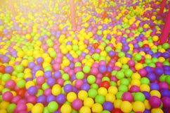 Πολλές ζωηρόχρωμες πλαστικές σφαίρες σε ένα kids& x27  ballpit σε μια παιδική χαρά στοκ φωτογραφία με δικαίωμα ελεύθερης χρήσης