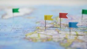 Πολλές θέσεις που μαρκάρονται με τις καρφίτσες στον παγκόσμιο χάρτη, δίκτυο παγκόσμιων επικοινωνιών απόθεμα βίντεο