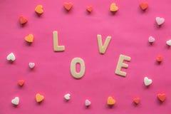 πολλές καρδιές με την ΑΓΑΠΗ λέξης στο ρόδινο υπόβαθρο, εικονίδιο αγάπης, ημέρα του βαλεντίνου, έννοια σχέσεων στοκ εικόνα με δικαίωμα ελεύθερης χρήσης