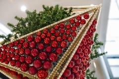 Πολλές κόκκινες σφαίρες Χριστουγέννων και χριστουγεννιάτικο δέντρο στοκ φωτογραφία με δικαίωμα ελεύθερης χρήσης