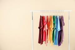 Πολλές μπλούζες που κρεμούν κατά σειρά τα χρώματα ουράνιων τόξων στοκ εικόνες με δικαίωμα ελεύθερης χρήσης