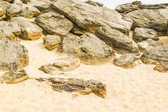 Πολλές πέτρες και κίτρινη άμμος στους τάφους πετρών Στοκ εικόνα με δικαίωμα ελεύθερης χρήσης