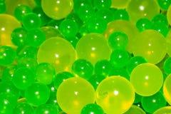 Πολλές πράσινες σφαίρες βρίσκονται στον πίνακα στοκ εικόνες