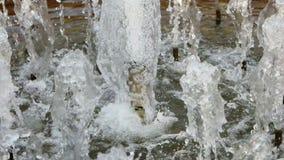 Πολλές προβολές ύδατος πηγών που λειτουργούν στην καυτή θερινή ημέρα πυροβόλησαν στην κίνηση sllow φιλμ μικρού μήκους