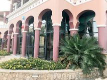 Πολλές ρόδινες ψηλές εύρωστες στήλες της οικοδόμησης του ανατολικού αραβικού ισλαμικού κτηρίου με τις αψίδες και τα σχέδια και τι Στοκ Εικόνα