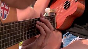 Πολλές σκηνές τουριστών στο στρατόπεδο σκηνών τουριστών όχθης ποταμού βάζουν φωτιά στην κιθάρα απόθεμα βίντεο