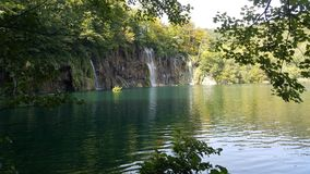 Πολλές σκιές πράσινος και μπλε γύρω από τη λίμνη και το δάσος σε Plitvice Κροατία Στοκ φωτογραφίες με δικαίωμα ελεύθερης χρήσης