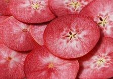 Πολλές juicy φέτες των κόκκινων μήλων στοκ φωτογραφίες