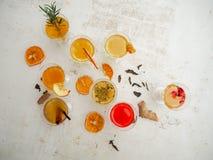 Πολλαπλάσια γυαλιά με ποικίλες γεύσεις kombucha σε ένα άσπρο υπόβαθρο στοκ φωτογραφίες με δικαίωμα ελεύθερης χρήσης