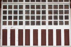 Πολλαπλάσια πλακάκια του γυαλιού στα ξύλινα πλαίσια παραθύρων με τις ξεπερασμένες επιτροπές χρωμάτων στοκ φωτογραφία με δικαίωμα ελεύθερης χρήσης