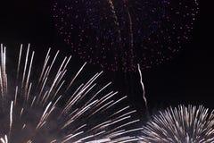 Πολλαπλάσια πυροτεχνήματα στο νυχτερινό ουρανό σε μια σύνθεση στις σκιές άσπρες και κόκκινες στοκ εικόνες με δικαίωμα ελεύθερης χρήσης