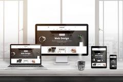 Πολλαπλάσιες συσκευές με τη σύγχρονη, απαντητική, επίπεδη παρουσίαση ιστοχώρου στοκ φωτογραφία