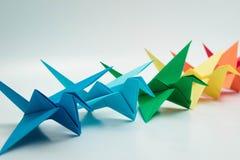 Πολλαπλάσιος ζωηρόχρωμος γαλαζοπράσινος κίτρινος πορτοκαλής πουλιών origami στοκ φωτογραφίες