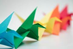 Πολλαπλάσιος ζωηρόχρωμος γαλαζοπράσινος κίτρινος πορτοκαλής πουλιών origami στοκ εικόνες
