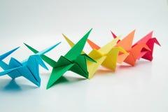 Πολλαπλάσιος ζωηρόχρωμος γαλαζοπράσινος κίτρινος πορτοκαλής πουλιών origami στοκ εικόνα με δικαίωμα ελεύθερης χρήσης
