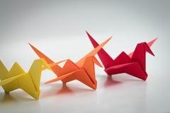 Πολλαπλάσιος ζωηρόχρωμος γαλαζοπράσινος κίτρινος πορτοκαλής πουλιών origami στοκ φωτογραφία με δικαίωμα ελεύθερης χρήσης