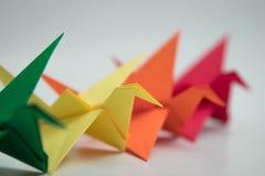Πολλαπλάσιος ζωηρόχρωμος γαλαζοπράσινος κίτρινος πορτοκαλής πουλιών origami στοκ φωτογραφίες με δικαίωμα ελεύθερης χρήσης
