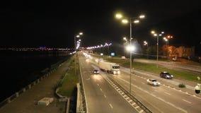 Πολλαπλής ζώνης εθνική οδός στη μεγάλη πόλη με τα πηγαίνοντας αυτοκίνητα στη νύχτα Κίνηση αυτοκινήτων στην εθνική οδό φιλμ μικρού μήκους