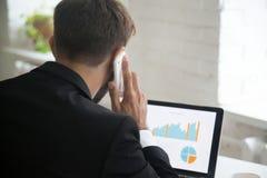 Πολλαπλό καθήκον επιχειρηματιών, που μιλά στο τηλέφωνο εργαζόμενος στο lapt Στοκ φωτογραφίες με δικαίωμα ελεύθερης χρήσης
