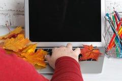 Πολλαπλών καθηκόντων άτομο χεριών που εργάζεται στο wifi Διαδίκτυο, πολυάσχολο χρησιμοποιώντας lap-top σύνδεσης lap-top χεριών επ Στοκ Εικόνα