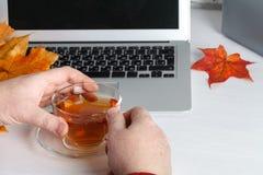Πολλαπλών καθηκόντων άτομο χεριών που εργάζεται στο wifi Διαδίκτυο, πολυάσχολο χρησιμοποιώντας lap-top σύνδεσης lap-top χεριών επ Στοκ φωτογραφία με δικαίωμα ελεύθερης χρήσης