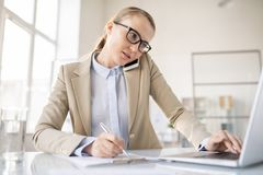 Πολλαπλών καθηκόντων κυρία που εργάζεται σκληρά στοκ εικόνα με δικαίωμα ελεύθερης χρήσης