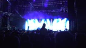 Πολλοί άνθρωποι που απολαμβάνουν τη μουσική στη συναυλία, σκιαγραφίες της προσοχής ακροατηρίων παρουσιάζουν απόθεμα βίντεο