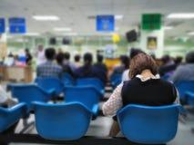 Πολλοί άνθρωποι που περιμένουν τις ιατρικές και υγειονομικές υπηρεσίες στο νοσοκομείο, ασθενείς που περιμένουν τη θεραπεία στο νο στοκ εικόνες