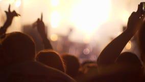 Πολλοί άνθρωποι στη συναυλία φεστιβάλ μουσικής απόθεμα βίντεο