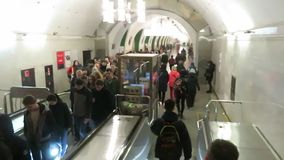 Πολλοί άνθρωποι στο σταθμό μετρό ανεβαίνουν την κυλιόμενη σκάλα φιλμ μικρού μήκους
