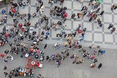 Πολλοί άνθρωποι στο τετράγωνο επάνω από την όψη Πόλη της Πράγας, στοκ φωτογραφίες