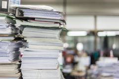 Πολλοί αρχεία και σωροί του εγγράφου βάζουν σε έναν ακατάστατο πίνακα γραφείων στοκ εικόνα με δικαίωμα ελεύθερης χρήσης