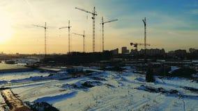 Πολλοί γερανοί σε ένα εργοτάξιο οικοδομής το χειμώνα απόθεμα βίντεο