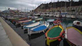 Πολλοί διαφορετικοί των μικρών αλιευτικών σκαφών στο λιμένα της Νίκαιας, Γαλλία απόθεμα βίντεο