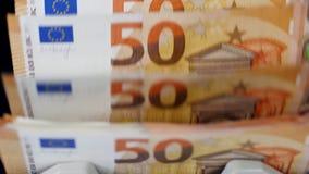 Πολλοί ευρο- λογαριασμοί που ελέγχονται σε έναν λειτουργώντας μετρητή χρημάτων απόθεμα βίντεο