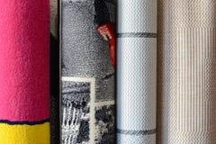 Πολλοί ζωηρόχρωμοι τάπητες στο κατάστημα Οι ρόλοι ταπήτων ψωνίζουν ζωηρόχρωμη διακόσμηση υφάσματος Στοκ Φωτογραφίες