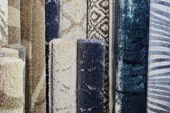 Πολλοί ζωηρόχρωμοι τάπητες στο κατάστημα Οι ρόλοι ταπήτων ψωνίζουν ζωηρόχρωμη διακόσμηση υφάσματος Στοκ φωτογραφίες με δικαίωμα ελεύθερης χρήσης