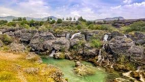 Πολλοί καταρράκτες του τυρκουάζ cijevna ποταμών στο niagara πέφτουν προορισμός στη μαγική ατμόσφαιρα στοκ φωτογραφία
