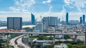Πολλοί κτήρια και δρόμοι που έχουν τα αυτοκίνητα που τρέχουν όλη την ώρα στους Θεούς της Ταϊλάνδης Χρονικό σφάλμα citiscape απόθεμα βίντεο