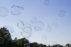 Πολλοί μεγάλο σαπούνι βράζουν πετώντας στο μπλε ουρανό Στοκ Φωτογραφία